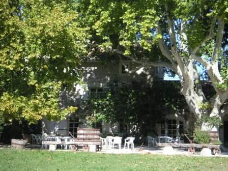 【アヴィニョン発】五感で味わうプロヴァンス・リュベロンの小村シャトーヌフデュパプ一日観光<昼食つき>