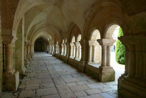 【ディジョン発】プライベートツアー 専用車 フォントネー修道院とヴェズレー 2つの世界遺産